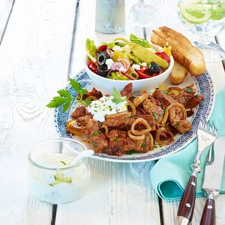 Pfannengyros mit Bauernsalat und Fladenbrot Rezept