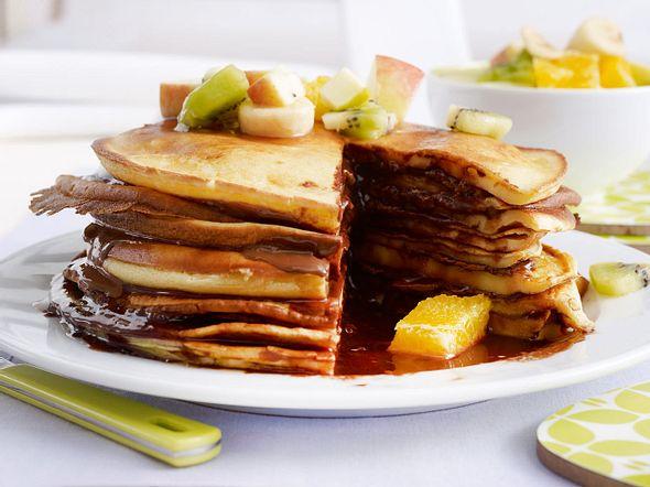 Pfannkuchen-Turm mit Obstsalat Rezept