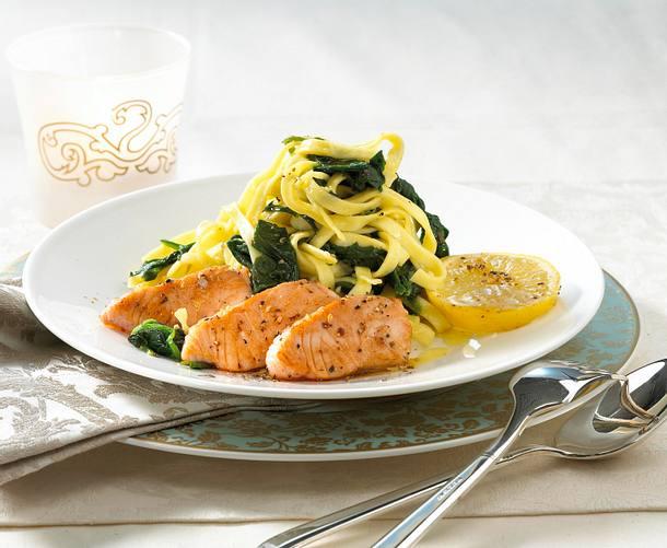 Pfefferlachs mit Zitronen-Spinat-Nudeln Rezept