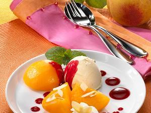 Pfirsich mit Eis und Cassis-Soße Rezept