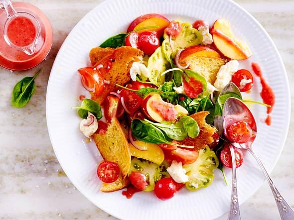 Pfirsich-Tomaten-Brotsalat mit Himbeer-Vinaigrette Rezept