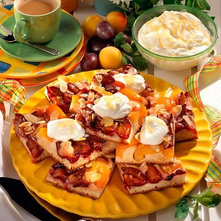 Pflaumen-Aprikosen-Hefekuchen vom Blech mit Eierlikör (mit frischen Aprikosen) Rezept
