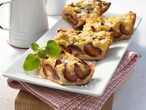 Pflaumen-Streuselkuchen (mit Hefeteig aus dem Kühlregal) Rezept