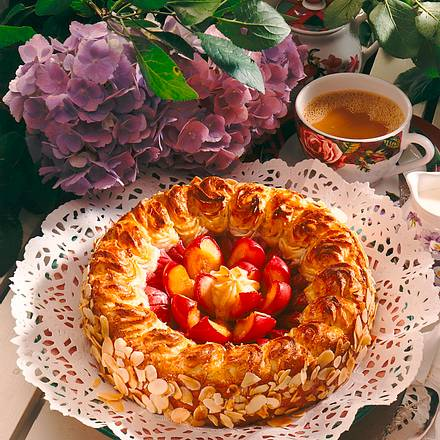 Pflaumen-Torte mit Makronen-Kranz Rezept