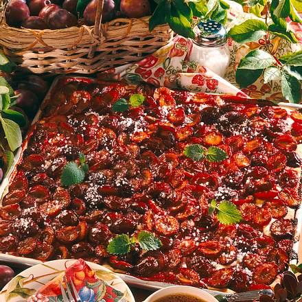 Pflaumenblechkuchen mit Hagelzucker Rezept