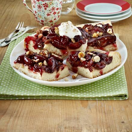Pflaumenkuchen vom Blech mit Haselnuss-Krokant Rezept