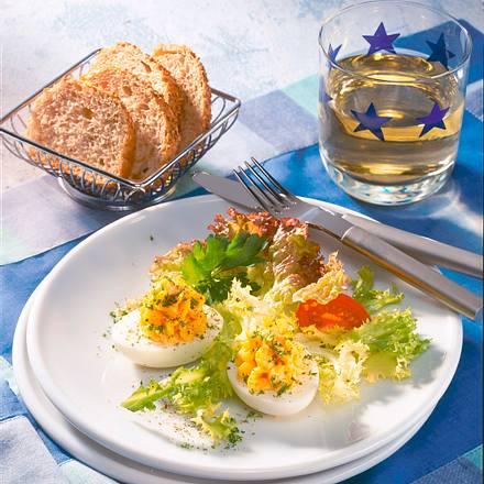 Pikant gefüllte Eier auf Salat Rezept