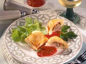 Pikante Blätterteig-Maultaschen mit Tomatensoße Rezept