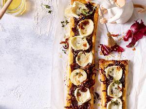 Pikante Blätterteig-Tarte mit Cassis-Zwiebeln Rezept