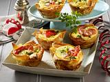 Pikante Muffins mit Salami, Tomaten und Lauchzwiebeln Rezept
