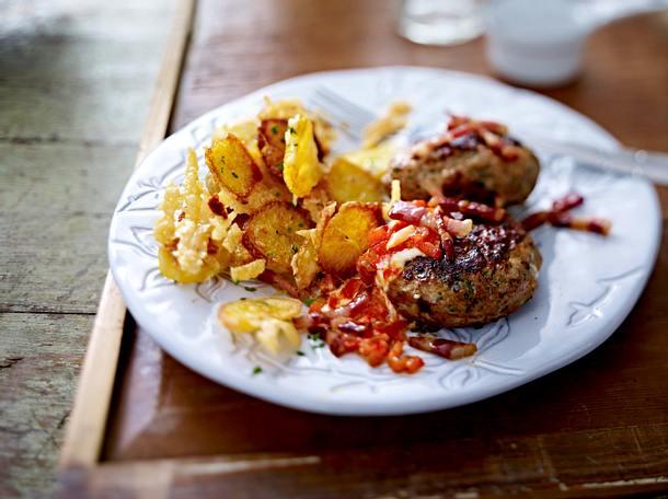 Pikante Trucker-Buletten mit Bacon und knusprigen Parmesan-Potato-Chips Rezept
