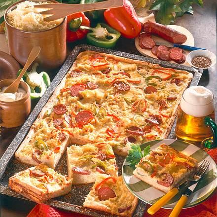 Pikanter Blechkuchen mit Sauerkraut Rezept