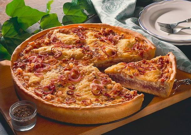 Pikanter Hefekuchen mit roten Zwiebeln Rezept