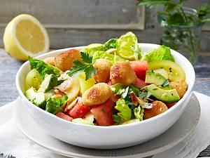 Pikanter Wassermelonensalat mit Avocado, Tomaten, Schalotten und panierten Mozarellakugeln in Petersilien-Vinaigrette Rezept