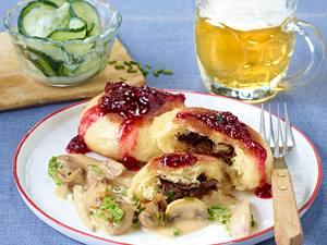 Pilz-Dampfnudeln mit Rahmsoße und Gurkensalat Rezept