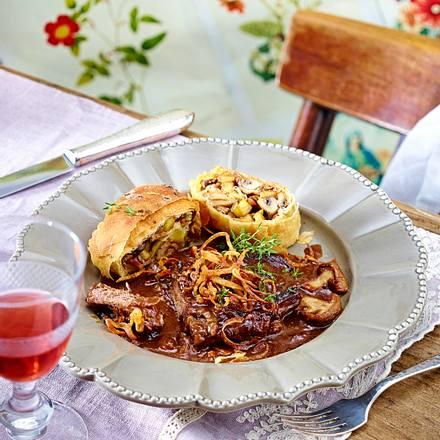 Pilz-Kartoffel-Strudel zu Zwiebelrostbraten in Hagebuttensoße Rezept
