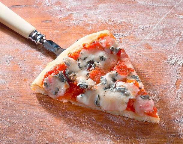 Pizza mit Blauschimmelkäse Rezept