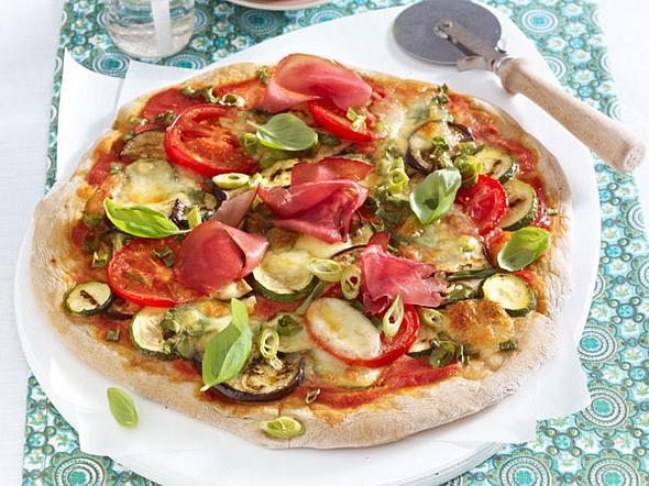 Pizza mit Gemüse und Schinken Rezept
