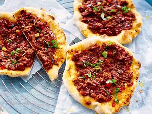 Pizza mit Hack und Gemüse Rezept