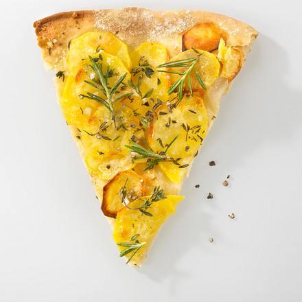 Pizza mit Kartoffelscheiben und Kräutern Rezept