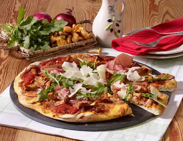 Pizza mit Pfifferlingen, Rauke und Parmaschinken Rezept