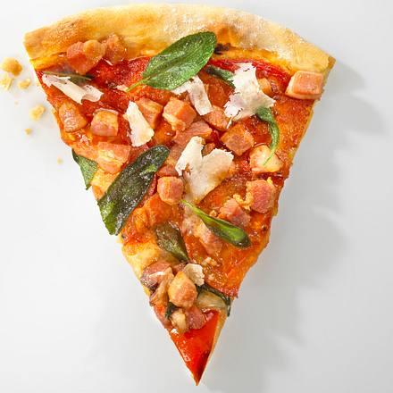 Pizza mit Räucherspeck, Salbei und Tomate Rezept