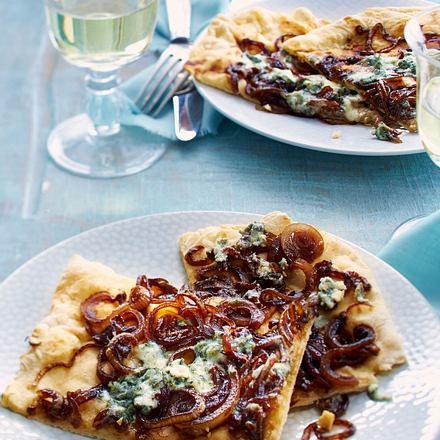 Pizza mit Roquefort und Balsamico-Zwiebeln Rezept