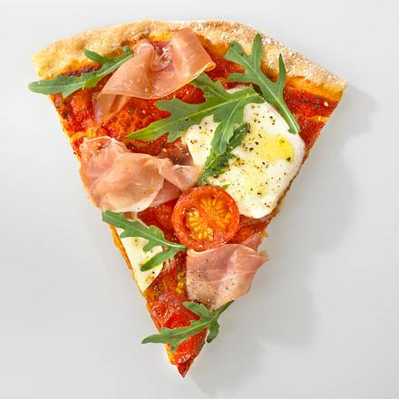 Pizza mit Rucola, Mozzarella und Parmaschinken Rezept