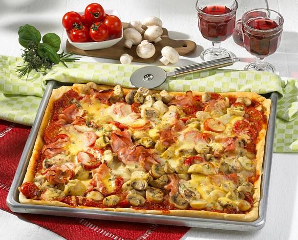 pizza mit schinken champignons und k se rezept chefkoch rezepte auf kochen. Black Bedroom Furniture Sets. Home Design Ideas