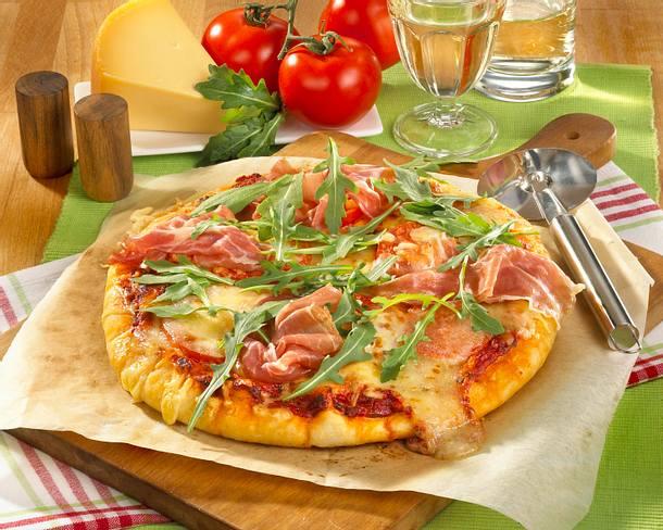 Pizza mit Schinken, Rauke und Tomaten Rezept
