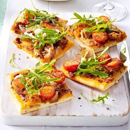Pizza mit Thunfisch, Rauke und Kapern Rezept