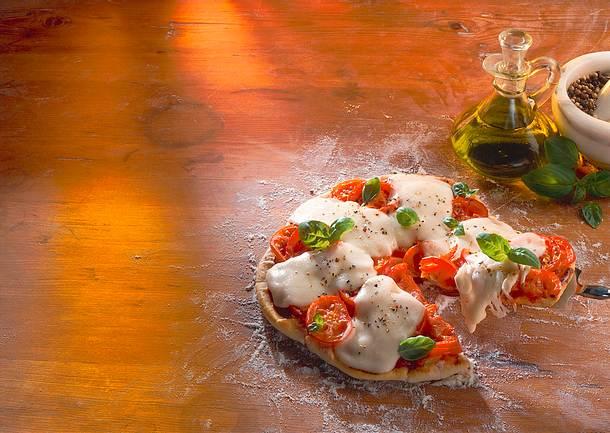 Pizza mit Tomate und Mozzarella Rezept
