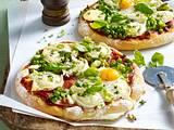 Pizza mit Tomatensugo, Erbsen, Lauchzwiebeln, Ziegenkäse und Spiegelei Rezept