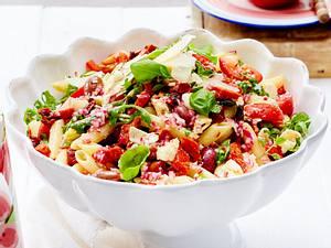 Pizza-Salat mit Nudeln Rezept