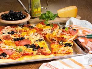Pizza vom Blech mit Salami, Gemüsezwiebeln, frischen Tomaten und Oliven Rezept