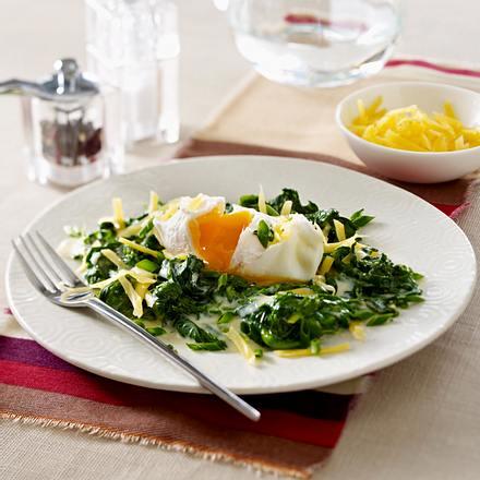 Pochierte Eier auf Cheddar-Spinat Rezept