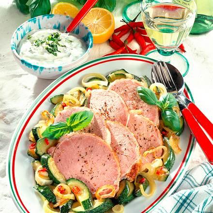 Pochiertes Kasseler mit Zucchini-Zwiebel-Gemüse Rezept