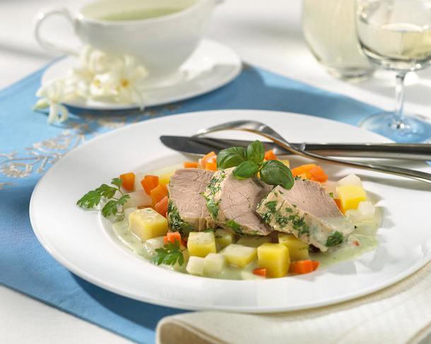 Pochiertes Schweinefilet mit Bouillon-Gemüse und Kräuterbéchamel Rezept