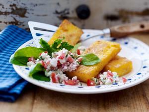 Polentaschnitten mit Hüttenkäse-Tzatziki und Blattsalat Rezept