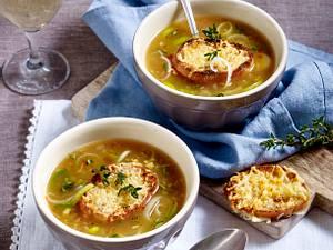 Porree-Zwiebelsuppe mit Käse-Baguette Rezept