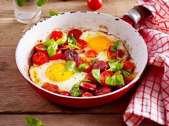 Power-Frühstück mit Eiern, Chorizo-Wurst und Tomaten Rezept