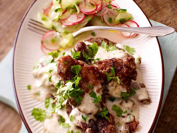 Prasselfleisch mit Gurken-Radieschen-Salat Rezept