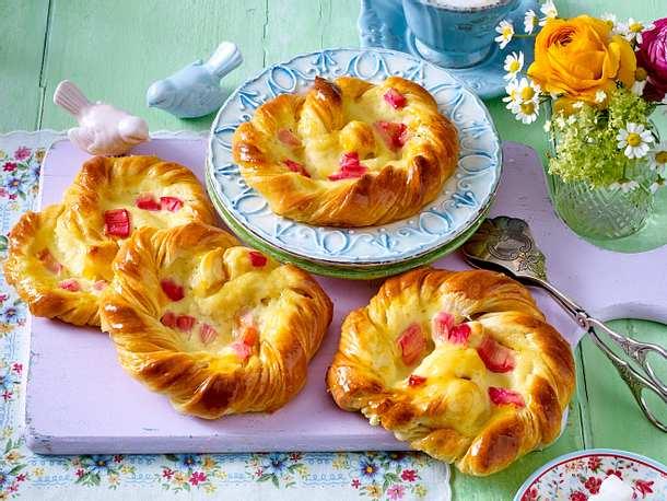 Puddingbrezel mit Rhabarber Rezept | LECKER