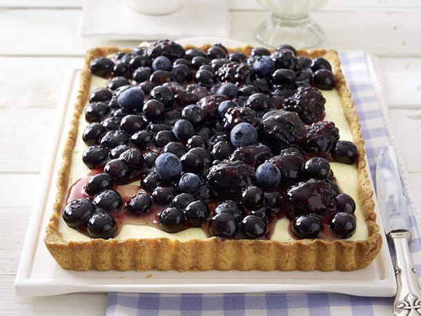 Puddingtarte mit Blaubeeren und Brombeeren Rezept