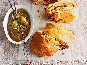 Pull-apart-Brot mit karamellisierten Zwiebeln Rezept