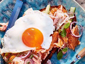 Pulled Lachs mit Ei auf Röstbrot Rezept
