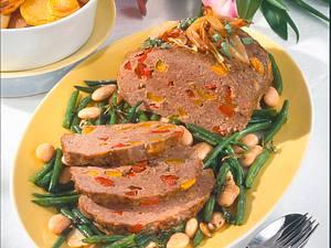 Puszta-Hackbraten mit Knoblauch-Böhnchen und Röstkartoffeln Rezept
