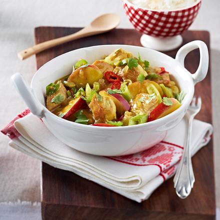 Puten-Curry-Gulasch mit Äpfeln, Lauchzwiebeln, Chili und Kokoschips zu Reis Rezept