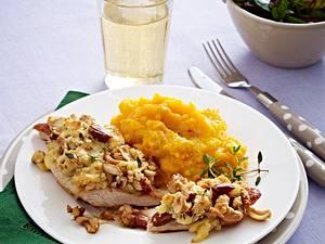 Putenbrust mit Nusskruste und Kartoffel-Kürbispüree Rezept