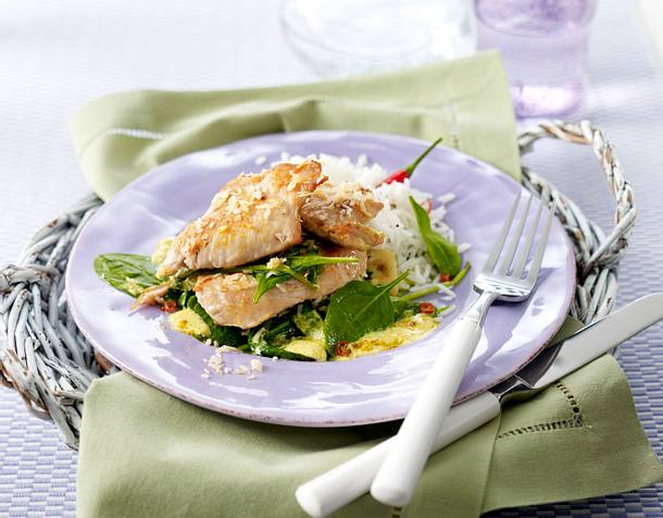 Putenmedaillons im Kokosmantel auf cremigem Curry-Spinat Rezept